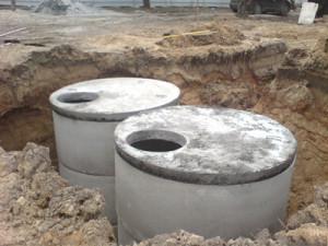 септик выполнен из бетонных колец