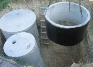 Выгребная яма сделана из бетонных колец