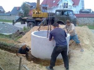 Установка колец под канализационную яму