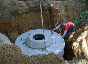 Установка бетонных колец в яму