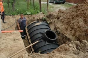 Бочку опускают в заранее утрамбованную яму