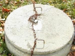Септик из бетона накрытый бетонной крышкой