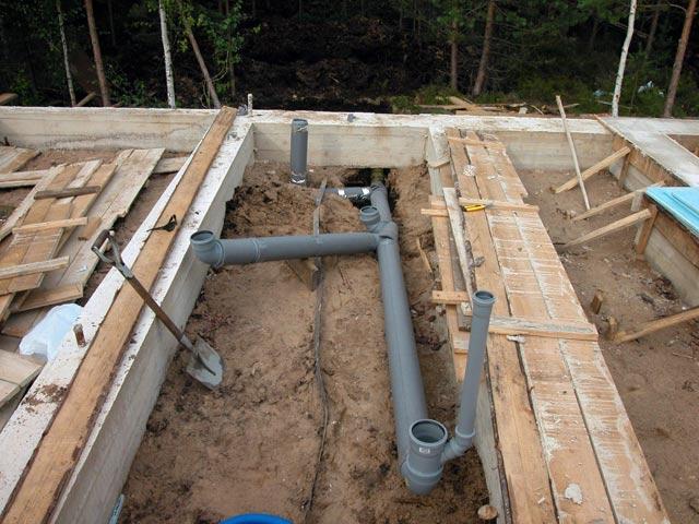 Установка труб для канализации
