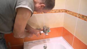 Установка смесителя в ванной начинается со сборки всей конструкции