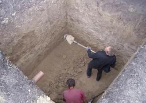 Мужчины роют яму