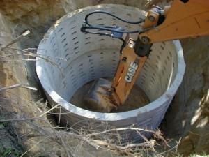 Бетонные кольца в яме
