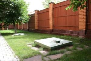 Двор и канализационные крышки